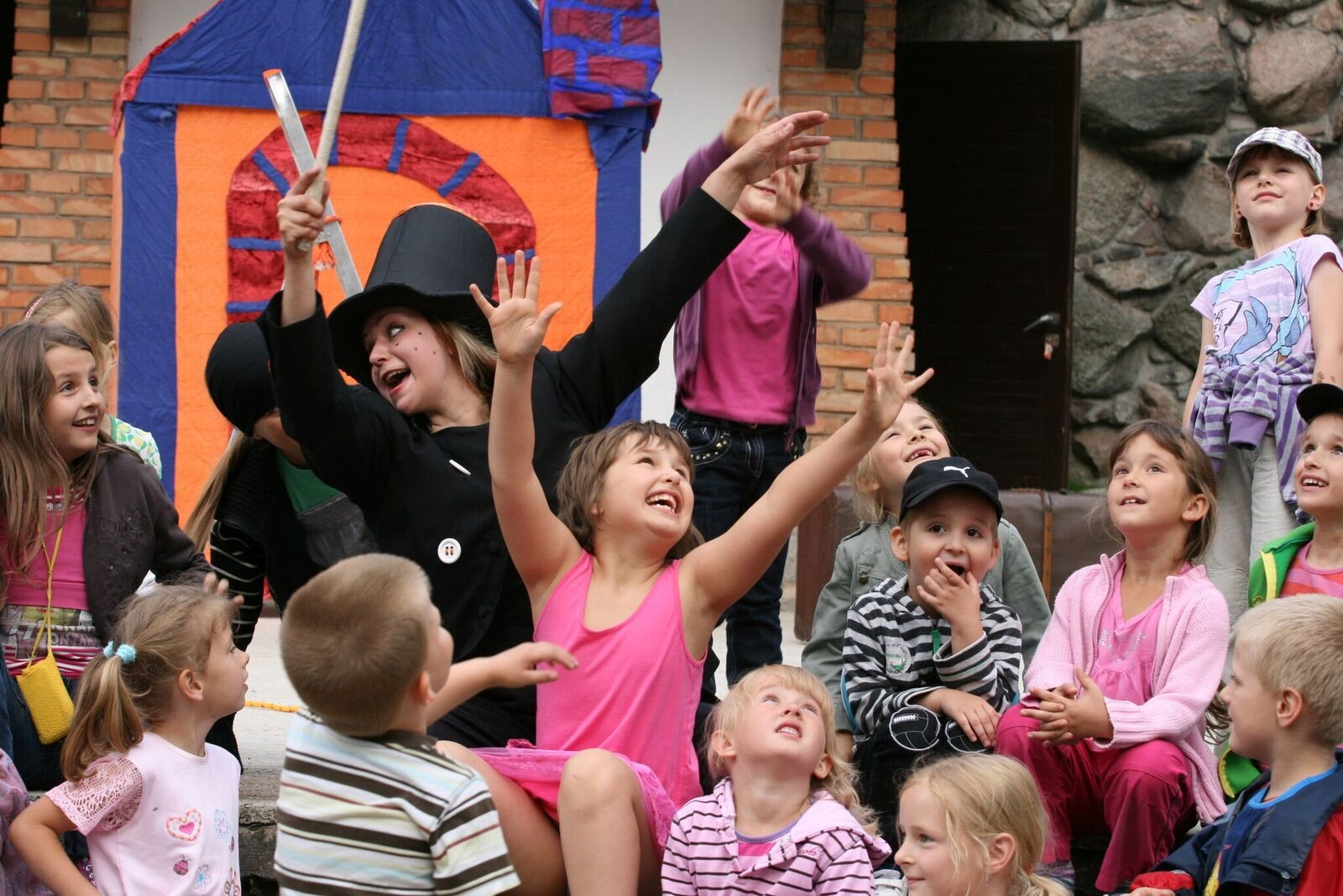 Stimulating Urban Culture: Amateur and Street Theater in Europe's Cities
