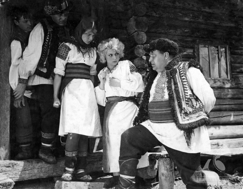 Feminine and Masculine in Visual Voyages Between Urban and Rural in Soviet Ukraine